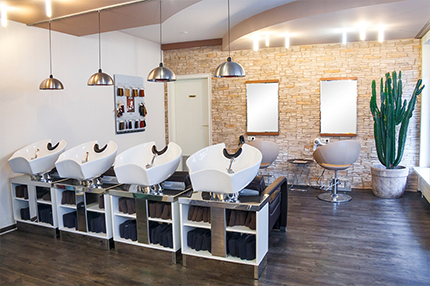 Salon Apropos Haare. Ein natürliches Ambiente, dass durch warme Brauntöne hervorgerufen und mit hellen Elementen der Friseureinrichtung ins rechte Licht gerückt wird.