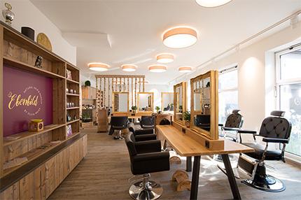 In der natürlichen Atmosphäre des Salons Ebenbild in Salzburg verströmen die lebendigen Materialien eine stilvolle Eleganz, die ihresgleichen sucht