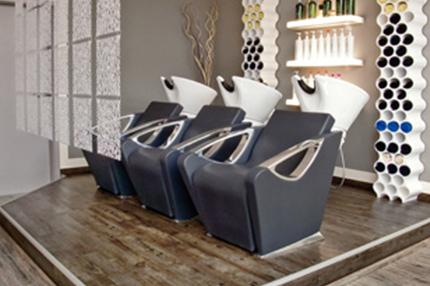 Im Salon Hairfashion Mittne ergänzen geradlinige Möbel in weiß und schwarz den Vintage-Boden im Used-Look.