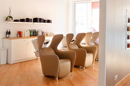 Friseursalon: Beautyloft Mutlu, Frankenthal. Die Einrichtung ist eine Mischung aus Industrial-Stücken, futuristischen Elementen und purer Eleganz.