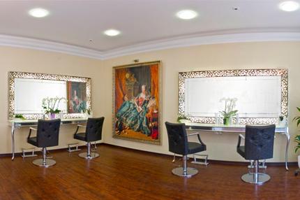 Haarwelt Tina Nebel ist ein einzigartiger Friseursalon. Die Friseureinrichtung interpretiert den Barockstil modern mit Aluminium, Edelstahl und beleuchteten Ablagen