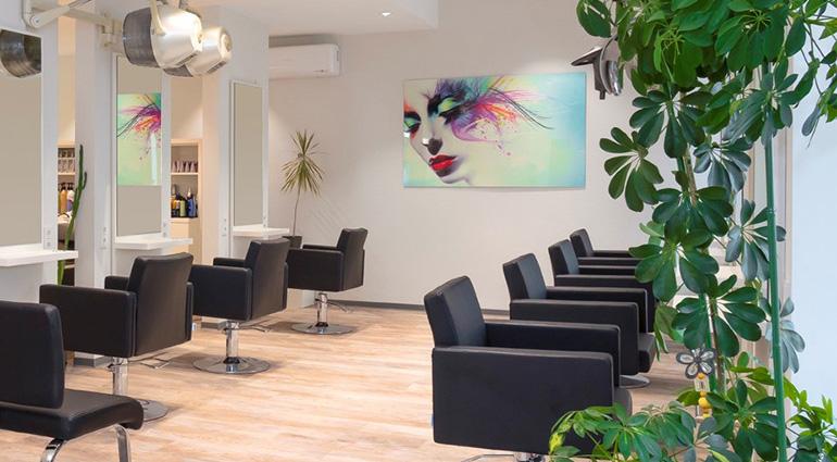 Friseureinrichtung von Bertz: Friseur Schaller in Speyer. Die Saloneinrichtung ist hell, freundlich und gut strukturiert