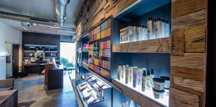 Aufregende Produktpräsentation in riesiger Holzwand