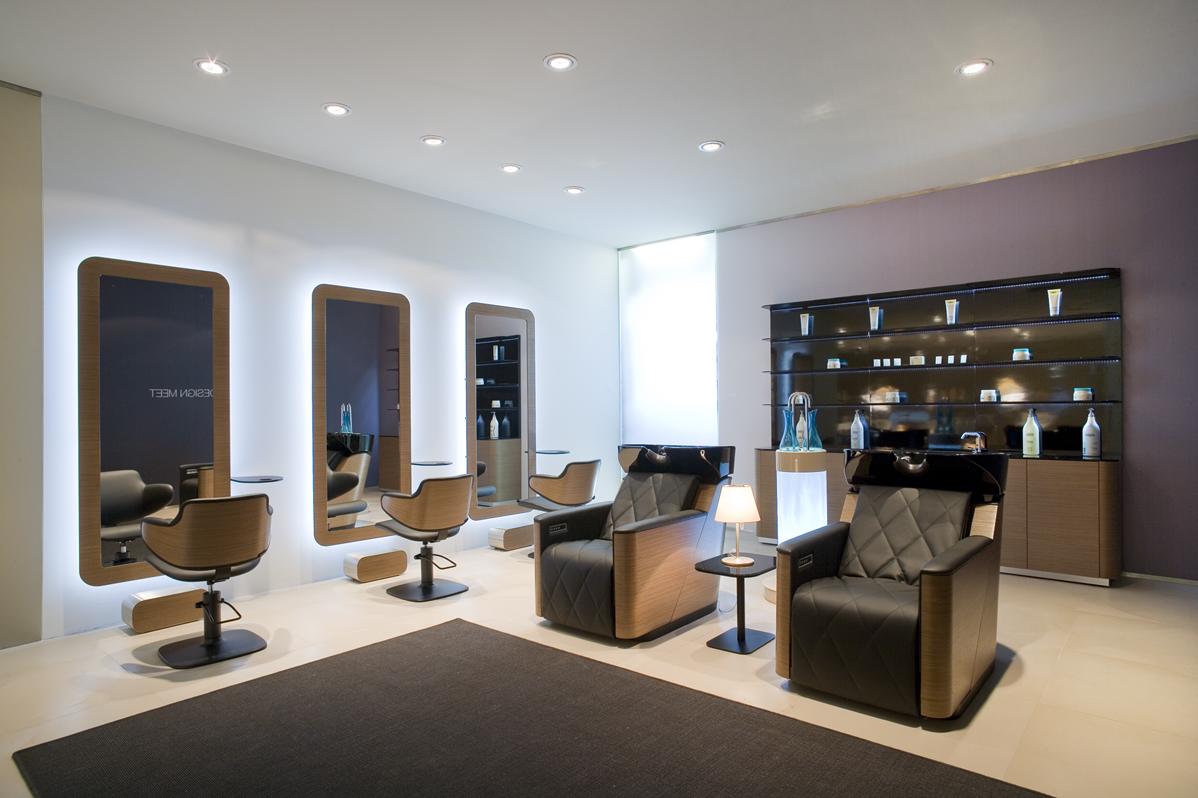 Mehr Wohnlichkeit im Salon durch Teppich und Textilien
