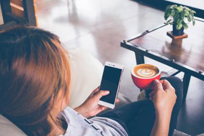 Als kostenloser Service etabliert: Kaffee im Friseursalon
